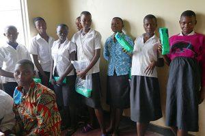 Fetele din Buramata, Burundi, cu absorbante în mână