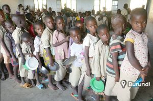copii africani asteptand mancare